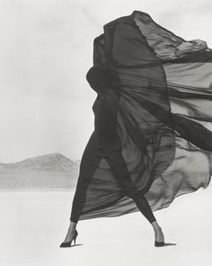 Known for his startling black and white images of supermodels such as Naomi Campbell and Cindy Crawford, and celebrity portraits, Herb Ritts's fashion photography depicted the human body with bold definition. Richard Avedon, Foto Fashion, High Fashion, Fashion Black, 90s Fashion, Street Fashion, Fashion Art, Desert Fashion, Fashion Music