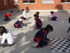 Vegaquinto: Juegos de Mesa en el Patio del Colegio