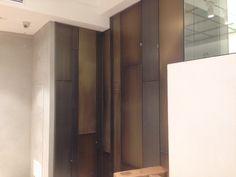 La nostra ultima realizzazione: parete rivestita con pannelli acciaio galvanizzato, nickel chiaroscuro graffiato. (By Penta Systems www.pentasystems.it)