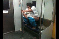 Cagando en el metro.