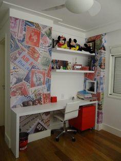 A área de estudos desse dormitório ganhou destaque na aplicação deste adesivo