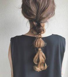 普通の一本結びでもちょっと個性を出したい場合は、こちらのようなローポジションのゆるポニーテールもおすすめ。 ちょっとゆるめに結んで毛束を調整するだけでこんなシルエットに♪ Kawaii Hairstyles, Bride Hairstyles, Hair Inspo, Hair Inspiration, Hair Arrange, Magic Hair, Hair Setting, Hair Shows, Aesthetic Hair