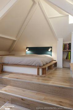 Des combles aménagés en une chambre contemporaine et lumineuse.