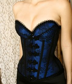 CHOCOLATE 18: Overbust padded blue flocked taffeta. Bone casing in black taffeta, trimmings and front braid. With protective panel. BLACK in color, and color GOLD EMBROIDERED R by R $ 770.00 $ 616.00 deposit at 2x or R $ 654.00 on a credit card.