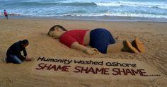 20150904 - Em Puri, na Índia, o artista Sudarsan Pattnaik trabalha em escultura de areia em homenagem ao menino sírio de três anos que morreu afogado na Turquia, cuja fotografia provocou uma forte comoção em todo o mundo. PICTURE: Asit Kumar/AFP