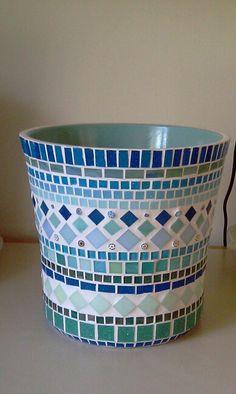 Pot-opdracht Mosaic Planters, Mosaic Birdbath, Mosaic Garden Art, Mosaic Vase, Mosaic Flower Pots, Mosaic Birds, Mosaic Tile Table, Pebble Mosaic, Mosaic Crafts