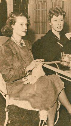 Rare image of Warner Bros. star Bette Davis knitting with MGM star Greer Garson Old Hollywood Glamour, Golden Age Of Hollywood, Vintage Hollywood, Hollywood Stars, Classic Hollywood, Hollywood Lights, Hollywood Icons, Vintage Vogue, Greer Garson