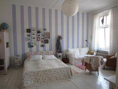 Mädchenträume werden wahr! Wunderschönes WG-Zimmer in Berlin. Kachelofen im Zimmer, Patchwork-Decke, Blümchenprint. #lila #Romantik #WGZimmer