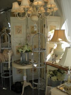 Use windows, door, tall shutters as walls between displays.maybe as a backdrop for the mannequins. Decor, Old Doors, Booth Display, Vintage Display, Store Decor, Flea Market Displays, Market Design, Amazing Decor, Frame Decor