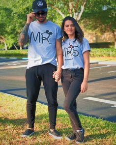 • Se não for pra se vestir igual, nóis nem namora 👍 Sr. & Sra. Disney Couple Outfits, Matching Couple Outfits, Matching Couples, Cute Couples, Cadeau Couple, T Shirt Printer, Disney Vacation Shirts, Black Couples Goals, Friend Outfits