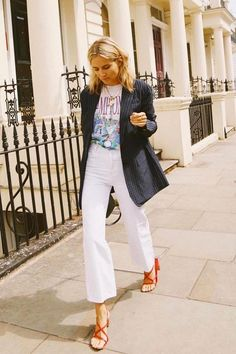 Summer street style, blazer style, t-shirt street style, white cropped jeans, casual street style outfit Look Street Style, Street Looks, Fashion Mode, Look Fashion, Womens Fashion, Feminine Fashion, French Fashion, Fashion Brands, Spring Summer Fashion