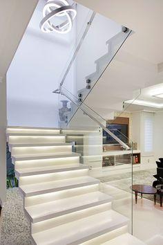 Pasillos y recibidores de estilo por ANDRÉ PACHECO ARQUITETURA Home Design Decor, House Design, Home Decor, Exterior Design, Interior And Exterior, Interior Simple, Glass Stairs, House Stairs, Eclectic Style