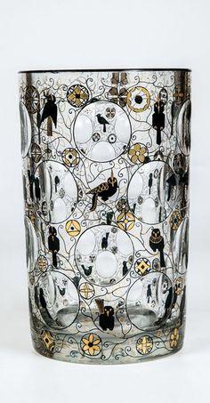 Zylindervase mit Vogeldekor Fachschule Haida (Entwurf), Joh. Oertel & Co., Haida, um 1920 Farbloses Glas mit Kugelschliff, Gold- und Schwarzlotmalerei.