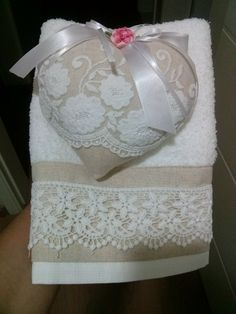 Nice idea for a present: towel + lavender heart Shaby Chic, Shabby Chic Pink, Soft Towels, Hand Towels, Sewing Crafts, Sewing Projects, Scented Sachets, Fabric Hearts, Linens And Lace