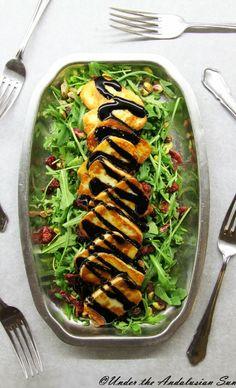 Halloumi-karpalo-pistaasisalaatti