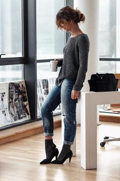 Mom jeans, coffee, heels with socks and lurex. Don't forget a low bun ;) Good morning!   SAMIVIDA-LOOK-02-LUREX-DDP-WOMAN-RIPPED-JEANS-SELF-TANNER-ENVYUSKIN-IMG_7603-1