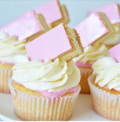 Ellouisa: Tompouce cupcakes Cake Tompouce cupcakes - My CMS Cupcake Recipes, Baking Recipes, Dessert Recipes, Mini Cakes, Cupcake Cakes, Disney Cupcakes, Cupcake Emoji, Icing Cupcakes, Vanilla Cupcakes
