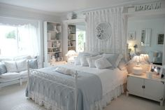 60 идей комнаты для девочки-подростка: цвет, зонирование, аксессуары http://happymodern.ru/komnata-dlya-devochki-podrostka/ Классическая белая комната с нежно голубыми оттенками