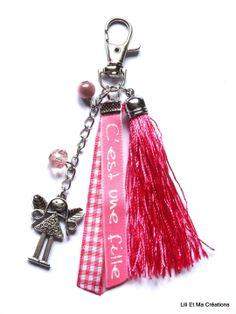"""Bijou de sac, porte-clés Grigri Lili et Ma Créations """"C'est une fille"""" fée : Autres bijoux par lili-et-ma-creations Diy Jewelry, Beaded Jewelry, Domino Art, Key Wallet, Tassel Bracelet, Diy Keychain, Diy Rings, Beaded Purses, Bijoux Diy"""