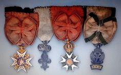 """Croix de St Louis / Décoration du Lys / Légion d'Honneur / Couronne de Fer, à noter que la Légion d'Honneur est une étoile Ier Empire 3eme type avec centres modifiés Restauration, la Couronne de Fer est l'insigne dit """"de remplacement"""""""