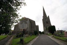 A igreja e o cemitério da Abadia de Kells. Em Kells, condado de Meath, República da Irlanda.  Fotografia: Sitomon, no Flickr.  – Wikipédia, a enciclopédia livre.