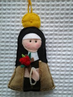 Santa Terezinha Diy And Crafts, Arts And Crafts, Fun Crafts, Sewing Hacks, Sewing Crafts, Faith Crafts, Felt Angel, Catholic Crafts, First Communion Gifts