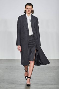 Helmut Lang Fall 2019 Ready-to-Wear Fashion Show Collection: See the complete Helmut Lang Fall 2019 Ready-to-Wear collection. Look 1 Helmut Lang, Jeremy Scott, Womens Fashion For Work, Ladies Fashion, High Fashion, Women's Fashion, Fashion Show Collection, Fashion Brands, Ready To Wear