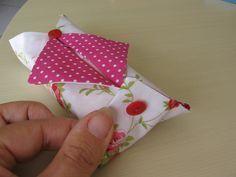 J'ai pensé que ça vous interesserait un tuto en français. Celui dont je me suis inspirée est en japonnais. Il vous faut 2 tissus assortis. Coupez un carré de 18 cm x 18 cm dans du papier. Placez le patron sur les tissus et coupez un carré dans chacun...