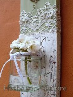 vintage looking and shabby chic houten plank met kant, craquele en windlicht of vaasje (crea-paloppo) Shabby Chic Crafts, Vintage Crafts, Vintage Shabby Chic, Mason Jar Crafts, Mason Jars, Hanging Jars, Diy Recycling, Deco Nature, Idee Diy