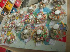 Theelichtjes maken door in klei verschillende materiaalsoorten te drukken