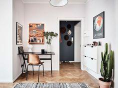 Escritorio y recibidor / Salón con sofá gris / Blanco, negro y mucho arte en un apartamento nórdico #hogarhabitissimo