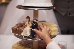 Csapatmunka, hamburger, könyvek és lila dolgok – Anna és Ákos napja I Bohém Esküvő
