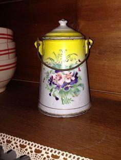 Ancien pot a lait decor floral en metal emaillé