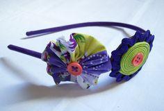 Tiara com flores de teicos, fitas e botões. R$15,00