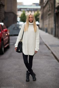Plenty of amazing outfit examples with leggings for autumn. Find ideas how to combine your comfortable leggings with sweaters, boots, skirts, dresses and more. Street Style 2014, Stockholm Street Style, Street Chic, Street Styles, How To Wear Turtleneck, White Turtleneck, Black And White Outfit, Black Boots, Black White