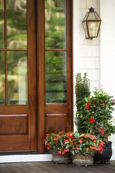 Front Door Paint Colors - Want a quick makeover? Paint your front door a different color. Here a pretty front door color ideas to improve your home's curb appeal and add more style! Front Door Planters, Front Door Porch, Front Walkway, Front Porches, Front Entry, Best Front Doors, Beautiful Front Doors, Front Door Paint Colors, Painted Front Doors