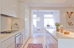 Ljust kök med äkta mattor.