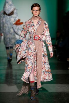 ManéMané MBFWMadrid OI 2018/2019 Superposiciones Bufanda  o chal bajo cinturón Vogue, Fall 2018, Red And Pink, Mercedes Benz, Kimono Top, Runway, Style Inspiration, Outfits, Women