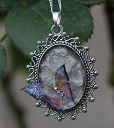Pendentif gris moon et papillon arc-en-ciel : Pendentif par lesderivesdepatou
