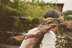 Corona de flores para completar el look.