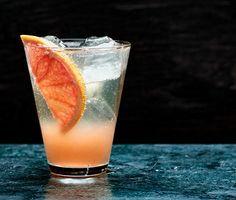 Den här drinken kommer att imponera på dina gäster. Grapefrukt och ingefära är två smaker som lyfter varandra, och bubblet sätter fart på smaklökarna. Du behöver inte använda champagne, utan ett torrt mousserande vin fungerar alldeles utmärkt.