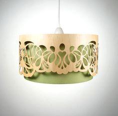 Hängelampe mit Lampenschirm aus Holz.