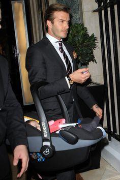 David Beckham Nunca habíamos visto a nadie llevar con tanta clase un capazo de bebé.