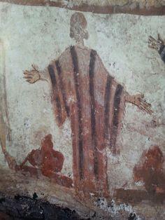 La Orante.  Data del siglo III. Es una pintura mural ubicada en la catacumba de los Giordani en Roma