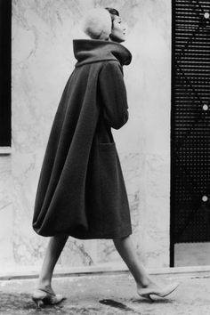Model in a scarlet wool coat with draped back from Pierre Cardin, 1957 Vintage Mode, Look Vintage, Vintage Glamour, Vintage Ladies, Retro Vintage, Pierre Cardin, Moda Fashion, 1950s Fashion, Vintage Fashion