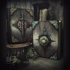 Altered Alchemy is an art blog about handmade books, handmade jewelry and mixed media art. The artist behind this site is Luthien Thye.