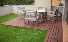 Algunos prefieren cesped artificial. Aquì un bonito modelo de terraza o patio interior.