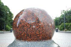 Graniittipallo vesipatjan päällä Examples Of Art, Art Nouveau Architecture, Statues, Effigy
