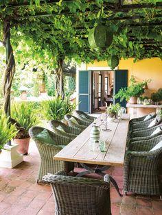 O Sul da Espanha é o cenário para esta magnífica casa de hóspedes que mistura diversos estilos esplendidamente.Rustico elegante, vintage e contemporâneo. Tudo agora em www.nunomalmeida.com Som de Maluma - Felices los 4