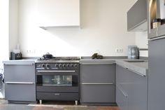 Grijze hoogglans keuken met Smeg fornuis
